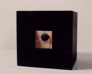 Από την ενότητα «Κιβωτός», (υφαντό), κατασκευή με μικτή τεχνική, 1995, 32x32x24